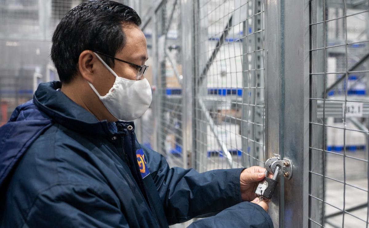 Vaccine AstraZeneca được bảo quản trong khu biệt trữ của kho tổng VNVC, bổ sung thêm lớp rào chắn và khoá bảo vệ. Ảnh: VNVC.