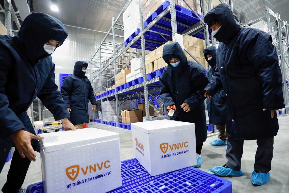 Công ty Cổ phần vacxin Việt Nam (VNVC) tổ chức diễn tập vận chuyển lô 117.600 liều vaccine Covid-19 AstraZeneca, trước khi phân phối đến các điểm tiêm chủng theo chỉ đạo của Bộ Y tế. Ảnh: Hữu Khoa.