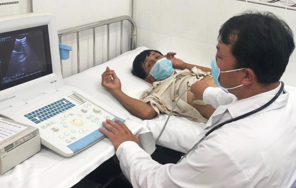 Bác sĩ Phan Thanh Tùng – Trưởng Trạm y tế xã Vĩnh Lộc A là bác sĩ chuyên khoa I Chẩn đoán hình ảnh đang thăm khám và siêu âm chẩn đoán bệnh cho người dân trên địa bàn. Ảnh