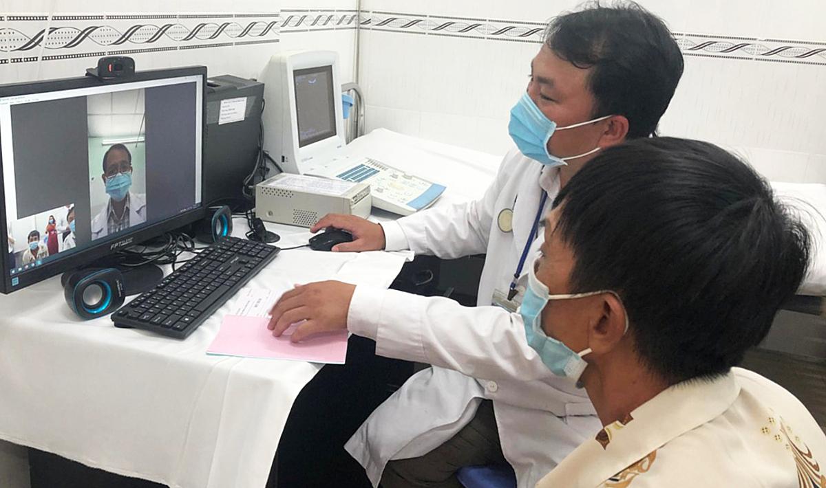 Bác sĩ của trạm y tế xã Vĩnh Lộc A, Huyện Bình Chánh sử dụng apps hội chẩn để được tư vấn chuyên môn từ bác sĩ chuyên khoa của BV Nguyễn Tri Phương. Ảnh do Sở Y tế TP HCM cung cấp.