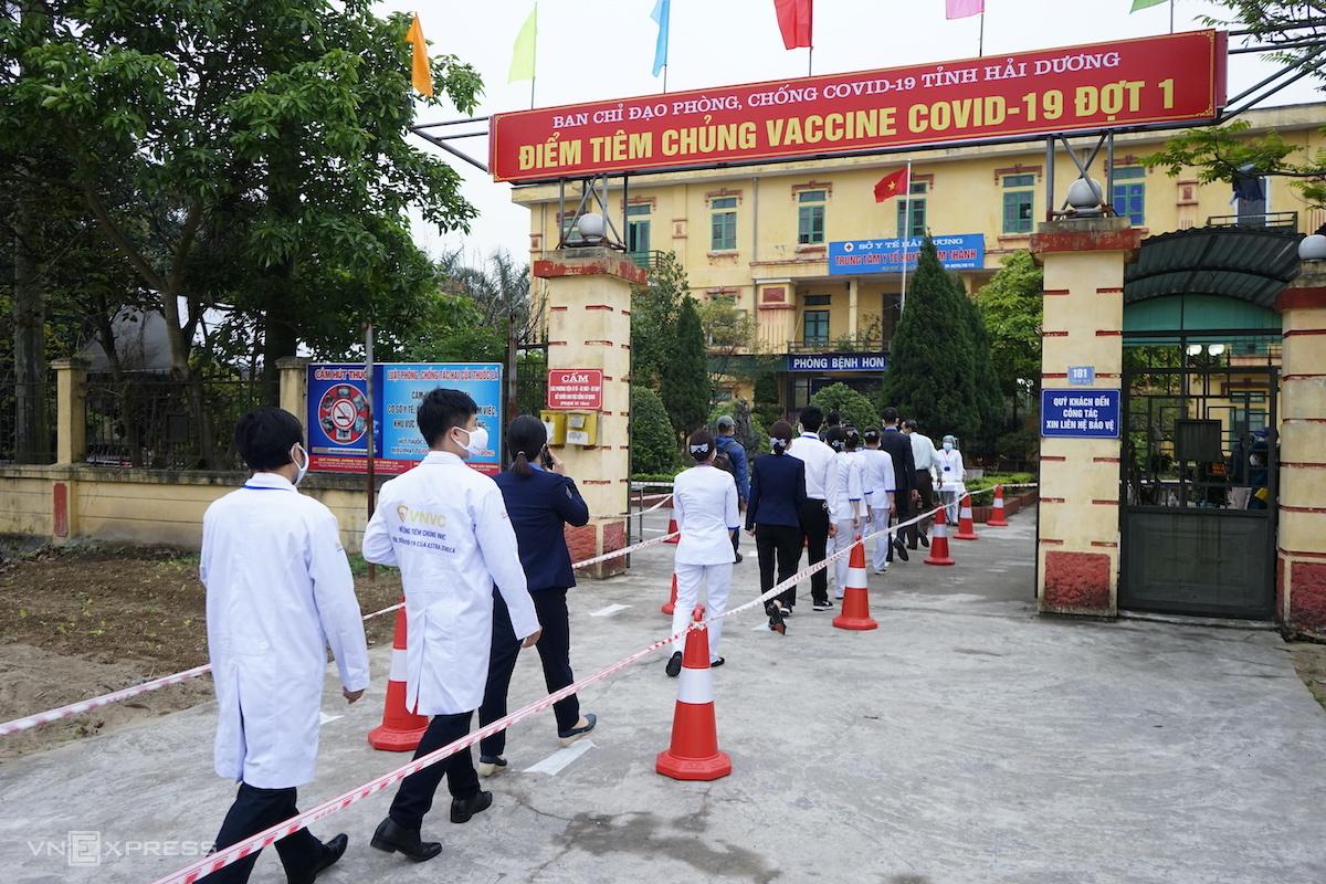 Người tiêm xếp hàng tại điểm tiêm huyện Kim Thành. Ảnh: Gia Chính