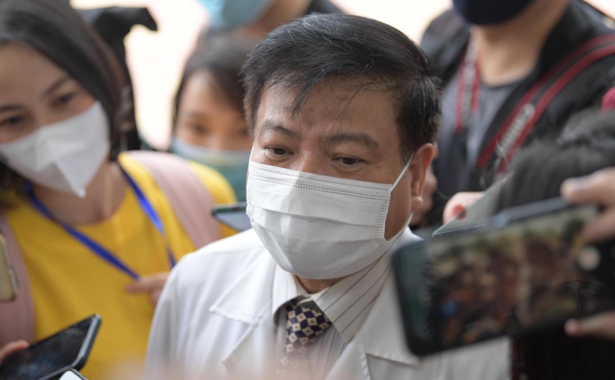Bác sĩ Nguyễn Văn Kính trả lời phóng viên sau khi tiêm vaccine. Ảnh: Hoàng Anh.