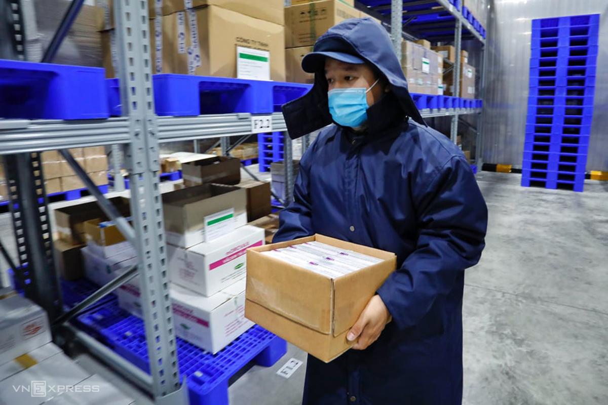 Vaccine Covid-19 AstraZeneca từ kho lạnh của VNVC chuẩn bị đưa ra xe chuyên dụng chở đến điểm tiêm chủng đầu tiên, sáng 8/3. Ảnh: Hữu Khoa.