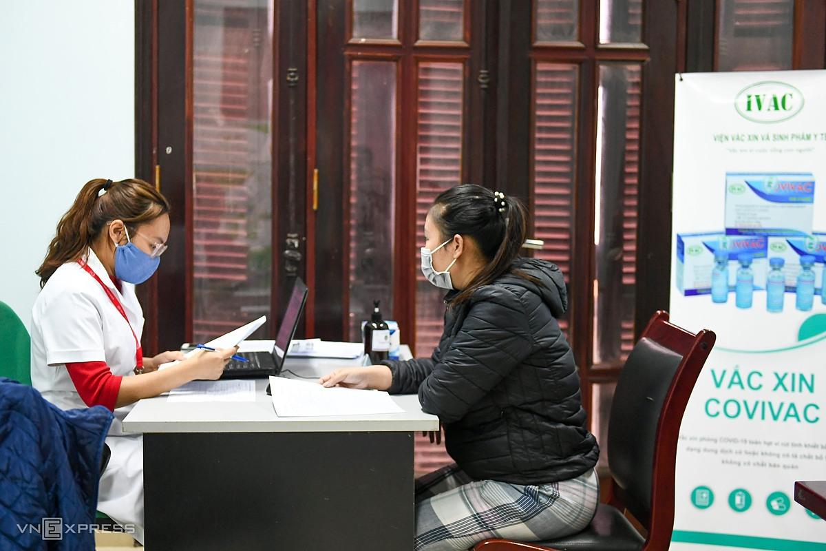 Đại diện nhóm nghiên cứu tư vấn cho người đăng ký tham gia thử nghiệm Covivac tại Trường Đại học Y Hà Nội ngày 5/3. Ảnh: Giang Huy.