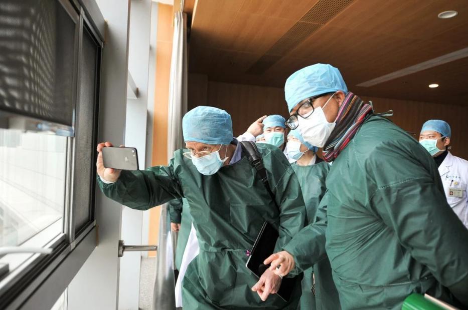 Thành viên nhóm chuyên gia của Tổ chức Y tế Thế giới (WHO) tại một bệnh viện ở Vũ Hán hồi tháng 1/2021. Ảnh: TPG