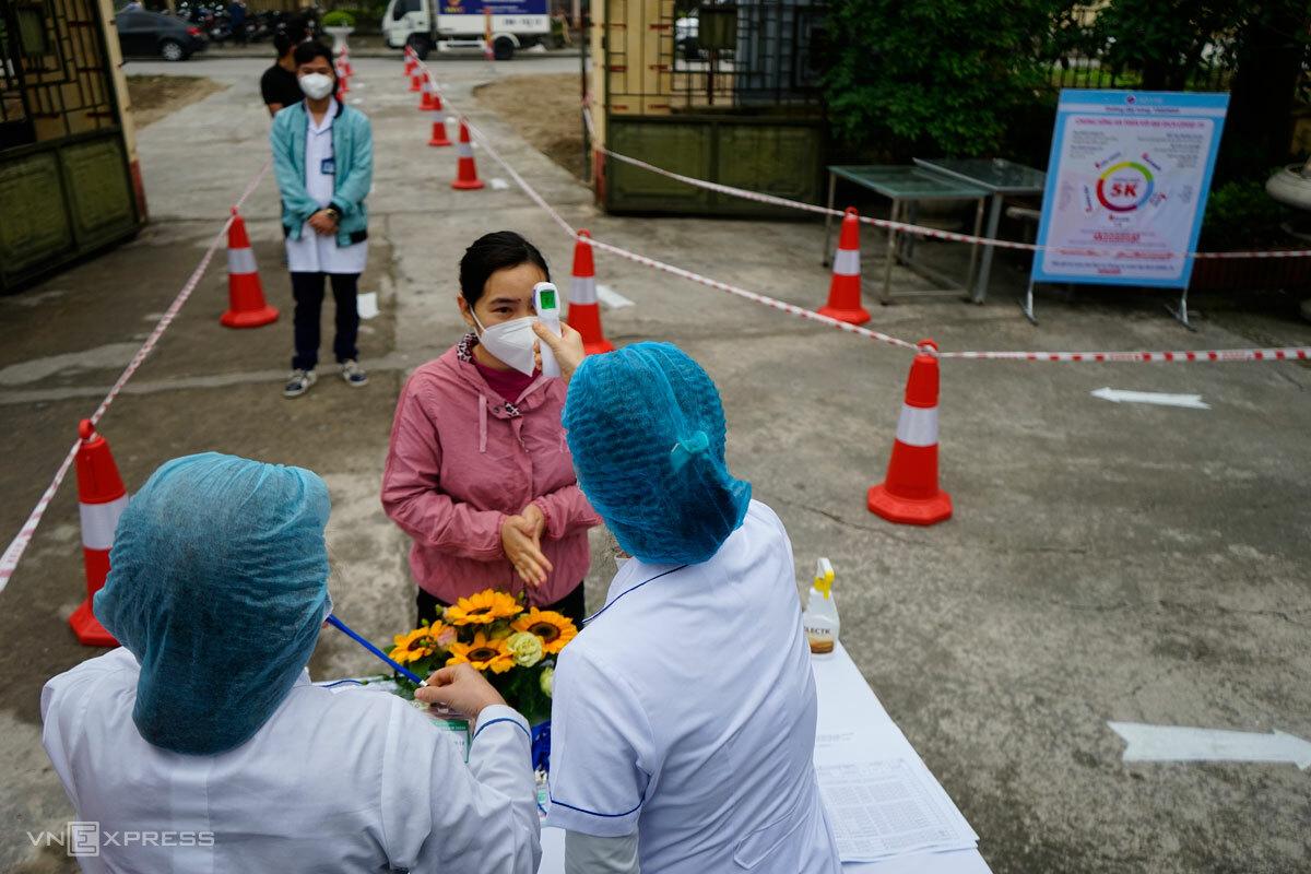 Người dân Hải Dương xếp hàng tiêm chủng Covid-19 tại Trung tâm y tế huyện Kim Thành, hôm 8/3. Ảnh: Gia Chính