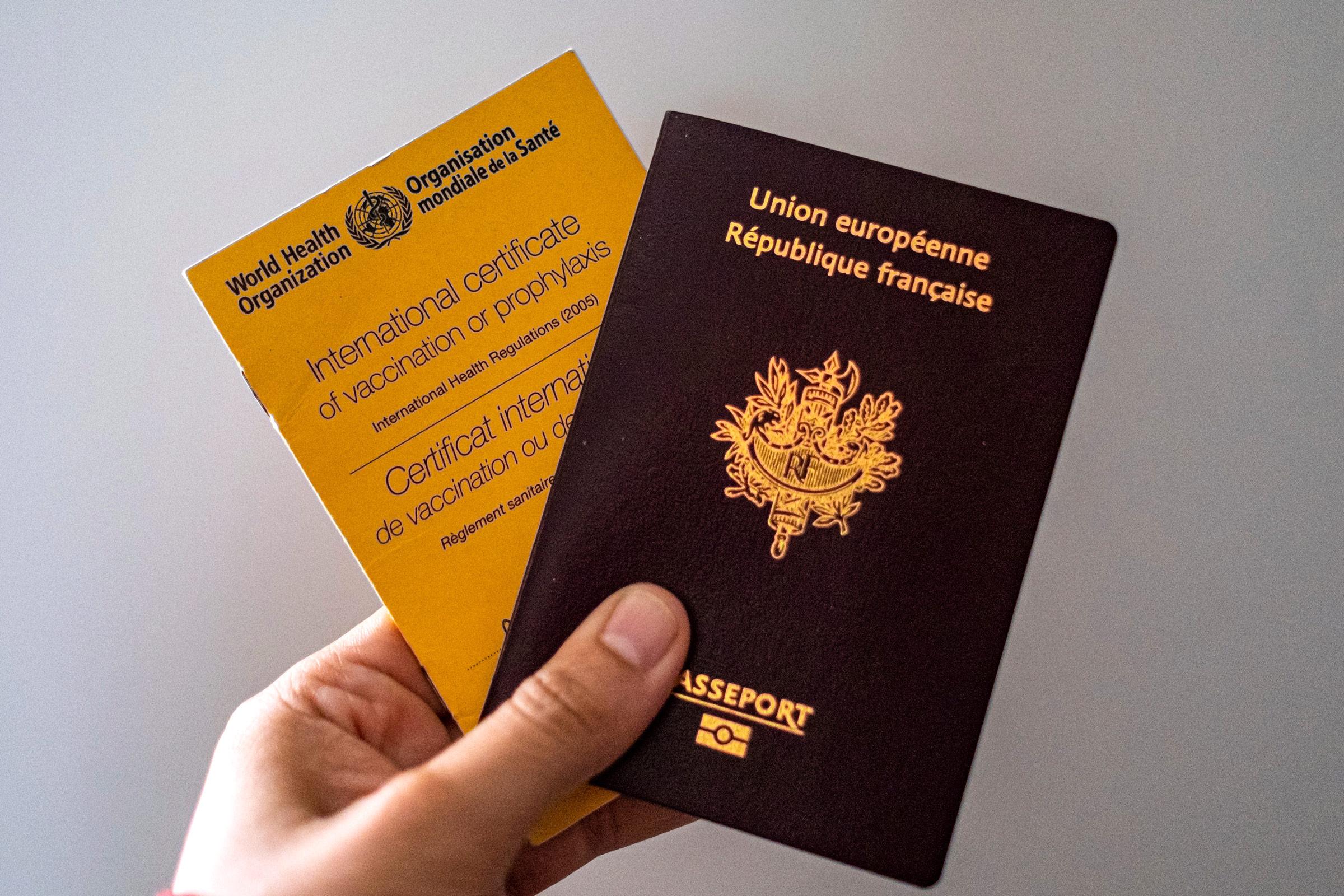 Một người có thẻ tiêm chủng của Tổ chức Y tế Thế giới và hộ chiếu Pháp. Ảnh: AP.