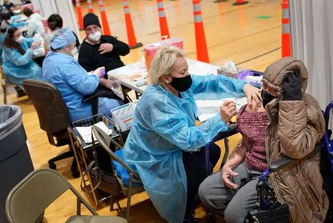 Một điểm tiêm chủng ở thành phố Paterson, New Jersey, cho phép tiêm vaccine mà không cần hẹn trước. Ảnh: Washington Post.