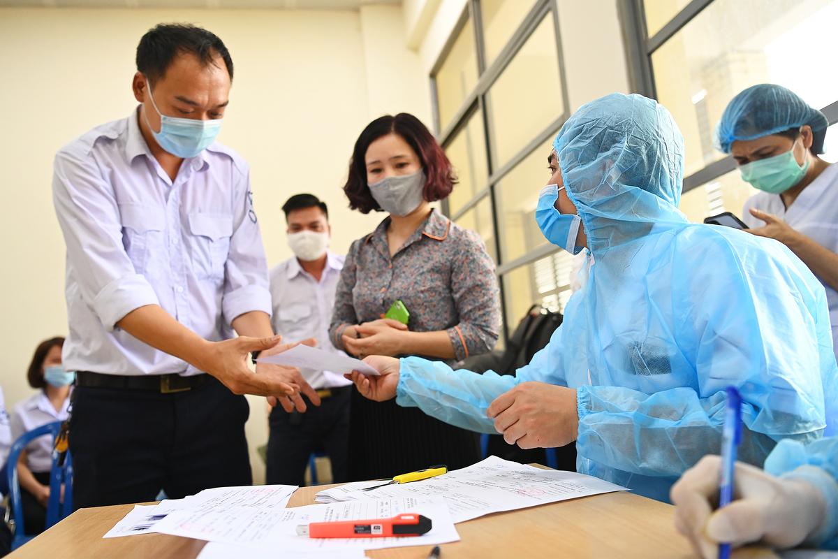 Hà Nội lấy mẫu xét nghiệm ngẫu nhiên, sàng lọc Covid-19 tại quận Nam Từ Liêm, ngày 12/3. Ảnh: Giang Huy.