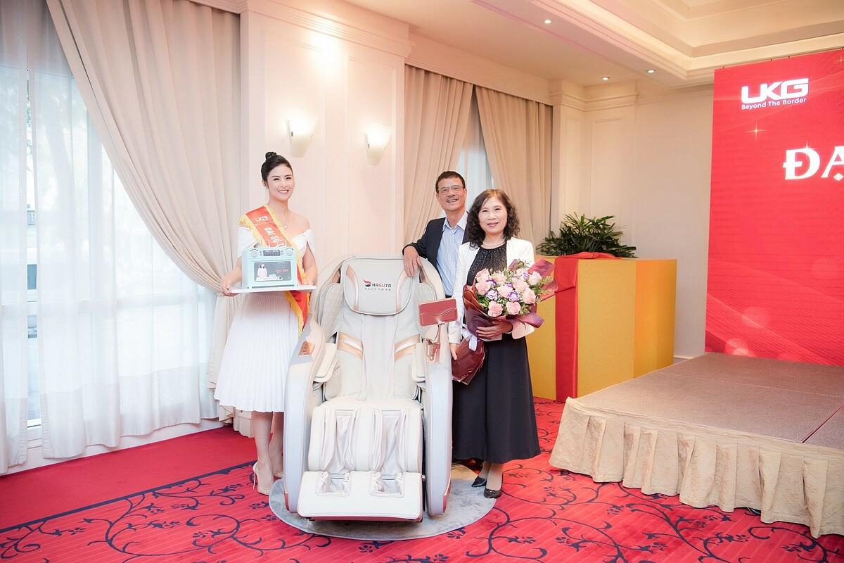 Ngọc Hân tặng bố mẹ ghế massage trong sinh nhật mình.