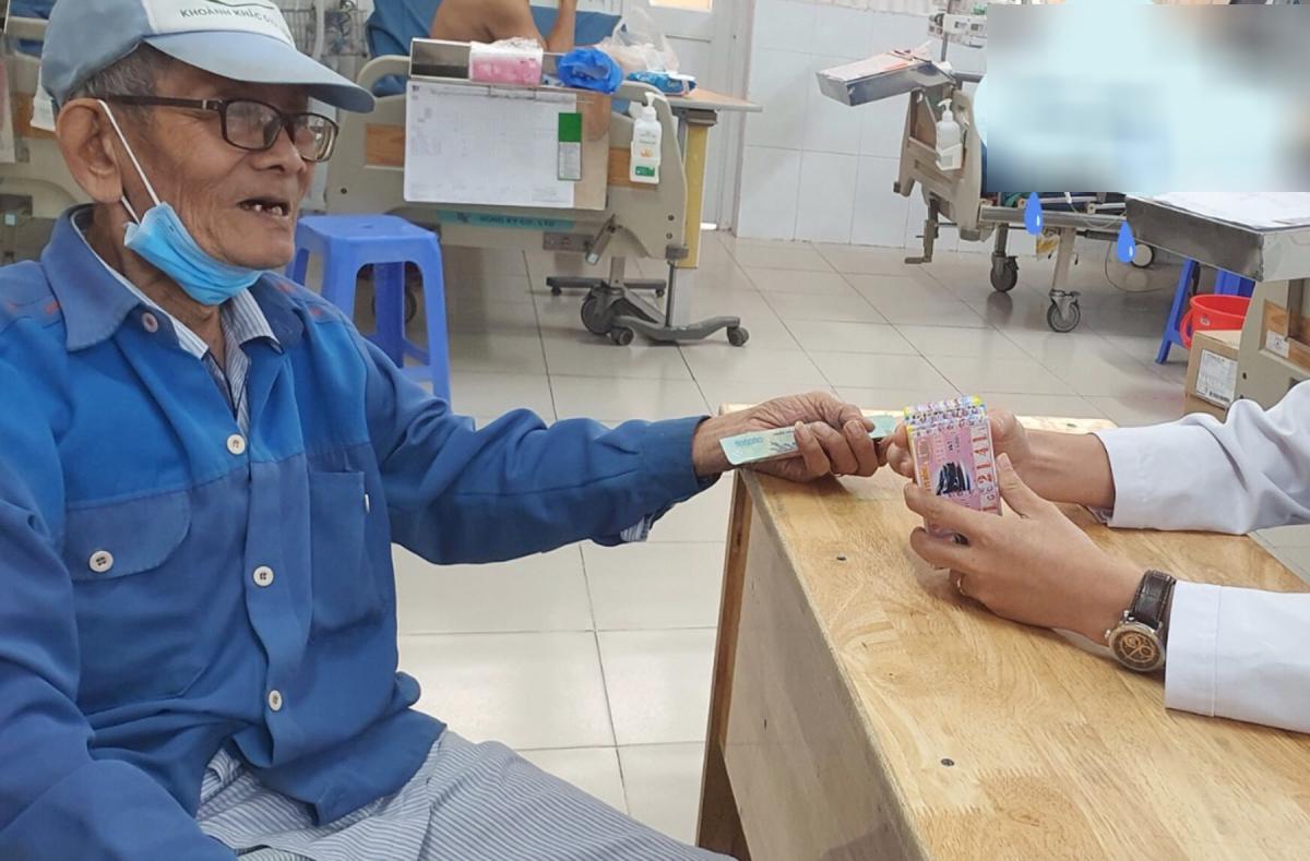 Cuộc mua bán vé số đặc biệt diễn ra ngay trong phòng bệnh, khi tính mạng bà Sáu đã được cứu. Ảnh: Bệnh viện cung cấp.