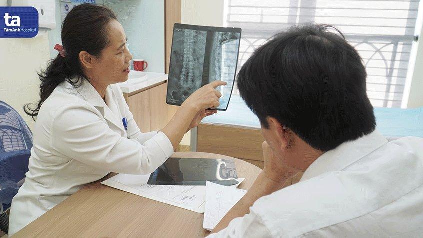 Hơn 30 năm qua, bác sĩ Đặng Hồng Hoa đã giúp giảm bớt cơn đau, hồi phục khả năng vận động cho hàng vạn bệnh nhân.