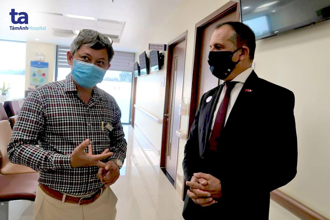 Tiến sĩ, bác sĩ Tăng Hà Nam Anh đón tiếp ngài Vincent Floreani - Tổng Lãnh sự Pháp đến viếng thăm Bệnh viện Đa khoa Tâm Anh TP HCM.