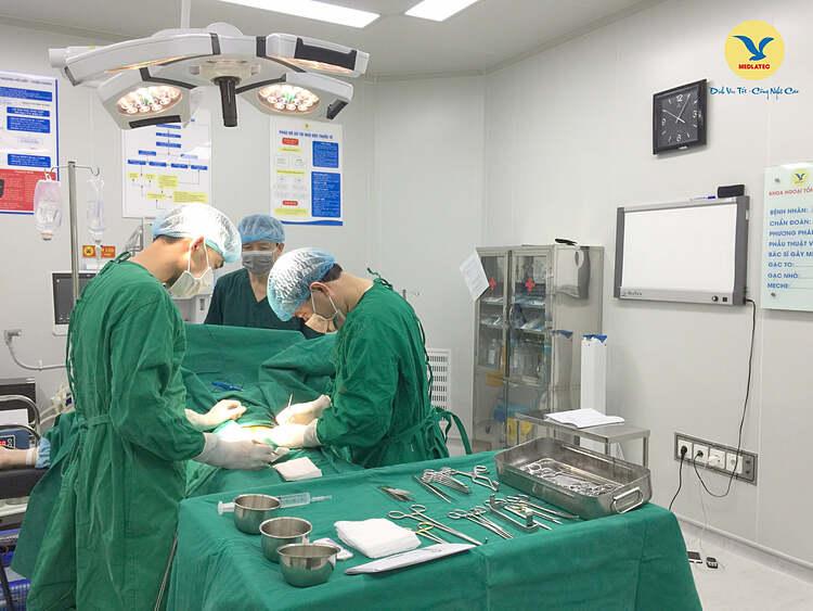 Bác sĩ phẫu thuật cho bệnh nhân. Ảnh: Bệnh viện cung cấp