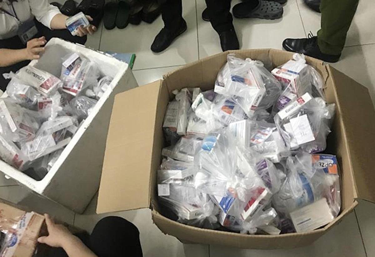 Viện Thẩm mỹ 792 C-R có rất nhiều loại thuốc nhưng chưa cung cấp hóa đơn, chứng từ, xuất xứ nguồn gốc. Đoàn kiểm tra đã niêm phong tạm giữ 5 thùng hàng. Ảnh: Sở Y tế TP HCM.