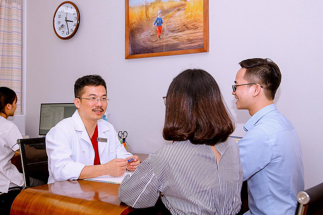 Phó giáo sư Lê Hoàng tư vấn cho một cặp vợ chồng hiếm muộn. Theo bác sĩ, tỷ lệ IVF thành công tại Tâm Anh lên tới 63% trong năm 2020.