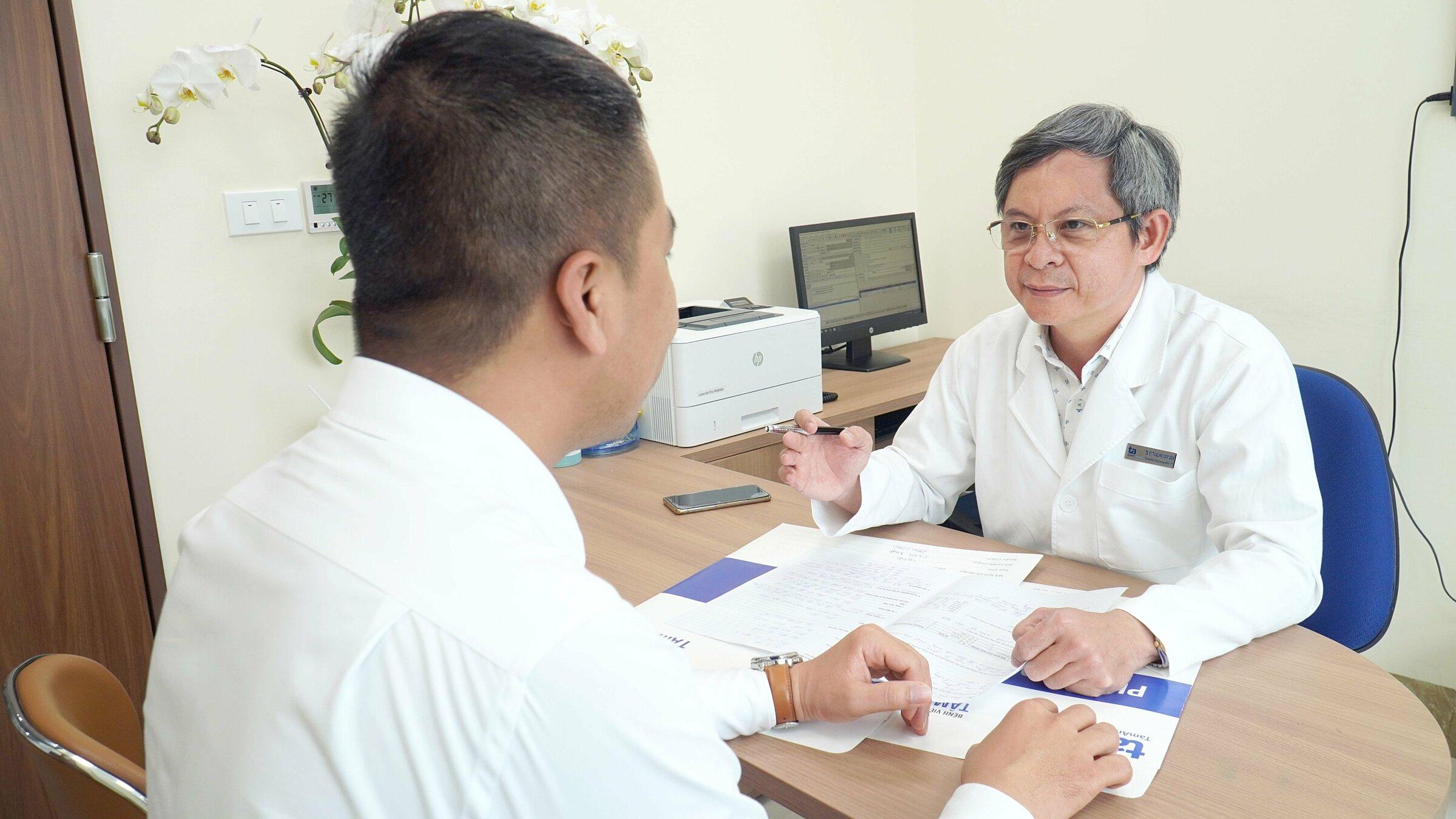Tiến sĩ, bác sĩ Tăng Hà Nam Anh đang khám, tư vấn cho khách hàng. Ảnh: Phong Lan