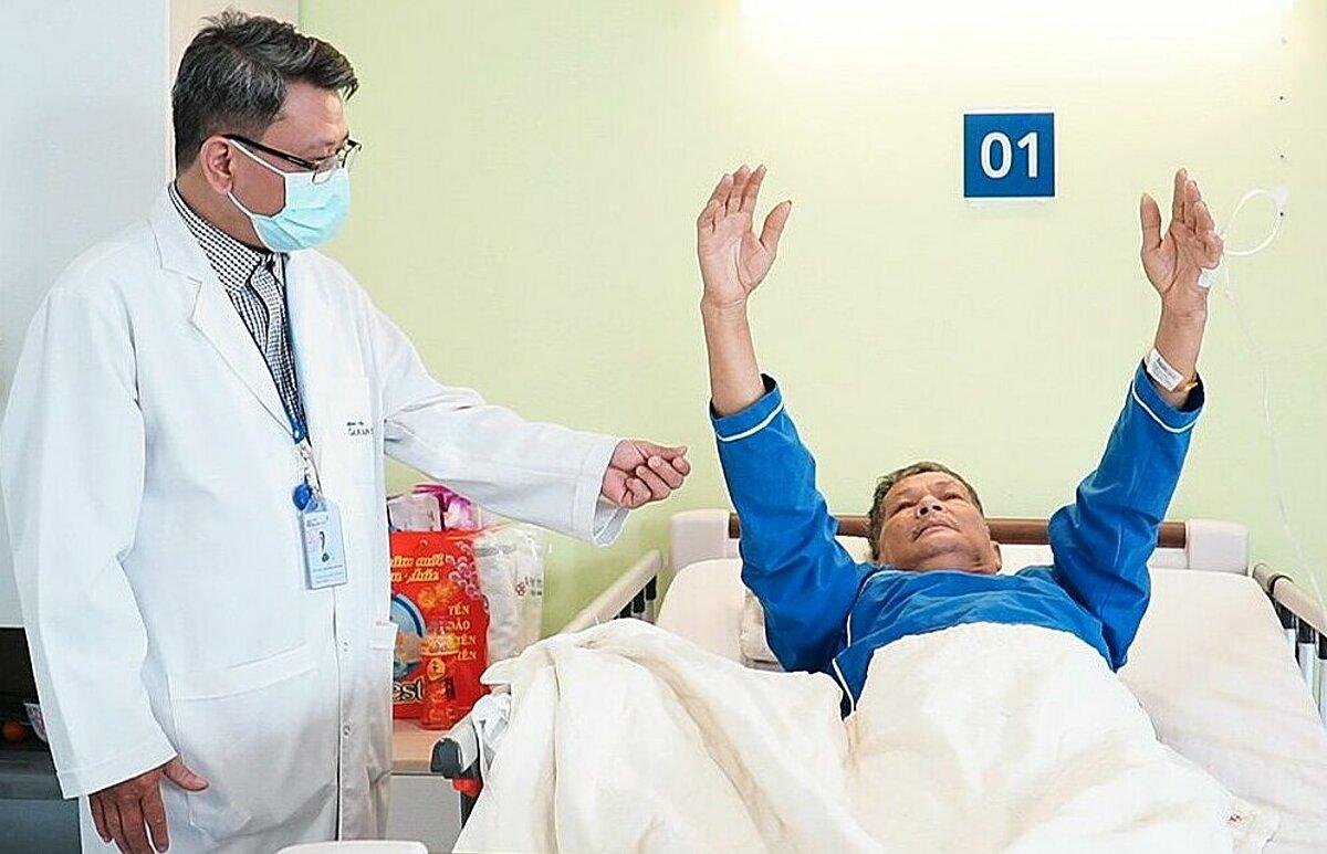 Bác sĩ Hậu kiểm tra chức năng vận động của ông Tấn sau can thiệp. Ảnh do bệnh viện cung cấp.