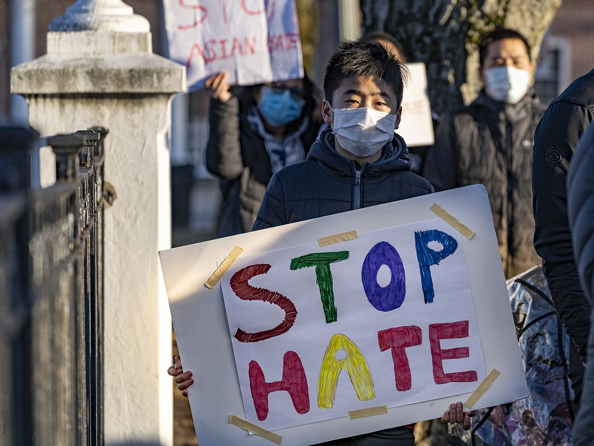 Người biểu tình phản đối nạn thù ghét châu Á tại Quảng trường Shawsheen, Andover, Massachusetts, Mỹ, ngày 19/3. Ảnh: Reuters