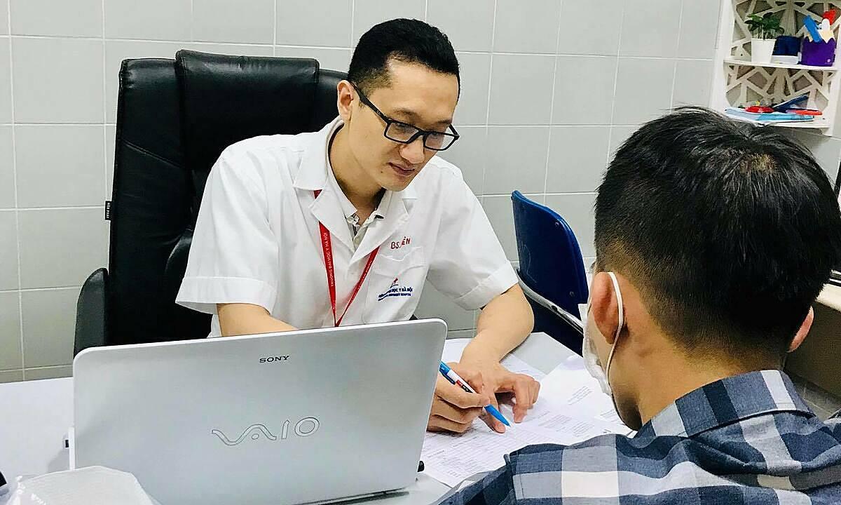 Bác sĩ khoa Nam học và Y học giới tính đang thăm khám cho người bệnh. Ảnh: Bệnh viện cung cấp