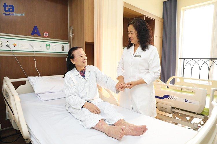 Bác sĩ Đặng Hồng Hoa thăm khám cho bệnh nhân.