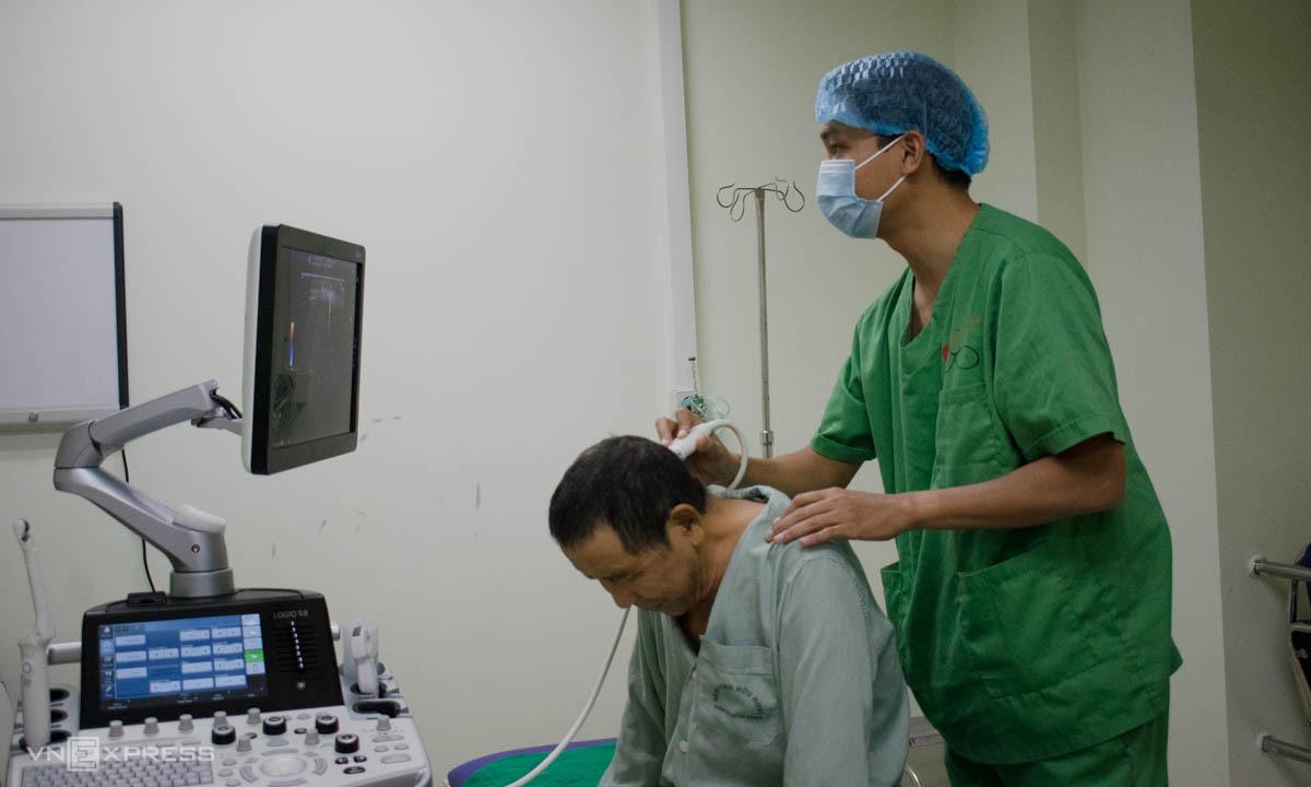 Bác sĩ Tâm thực hiện tiêm giảm đau cho người bệnh. Ảnh: Chi Lê.