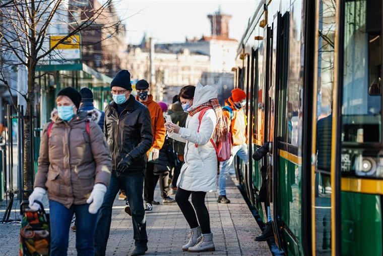 Người dân tại một trạm dừng xe điện ở Phần Lan. Ảnh: Bloomberg.