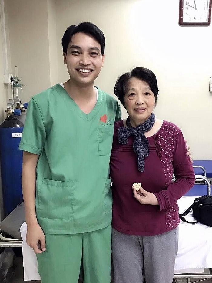 Bác sĩ Tâm và mẹ sau khi can thiệp bơm xi măng đốt sống ngực. Ảnh do nhân vật cung cấp.