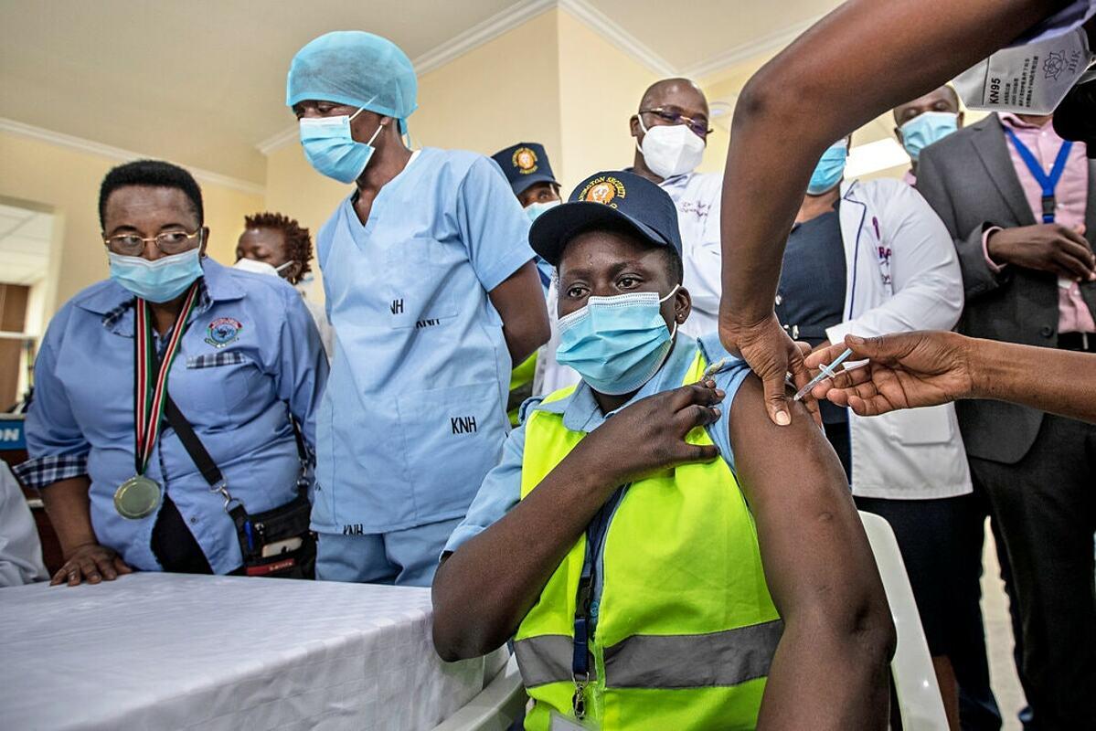 Nhân viên bảo vệ tiêm vaccine Covid-19 tại Nairobi, thủ đô của Kenya, tháng 3/2021. Ảnh: NY Times