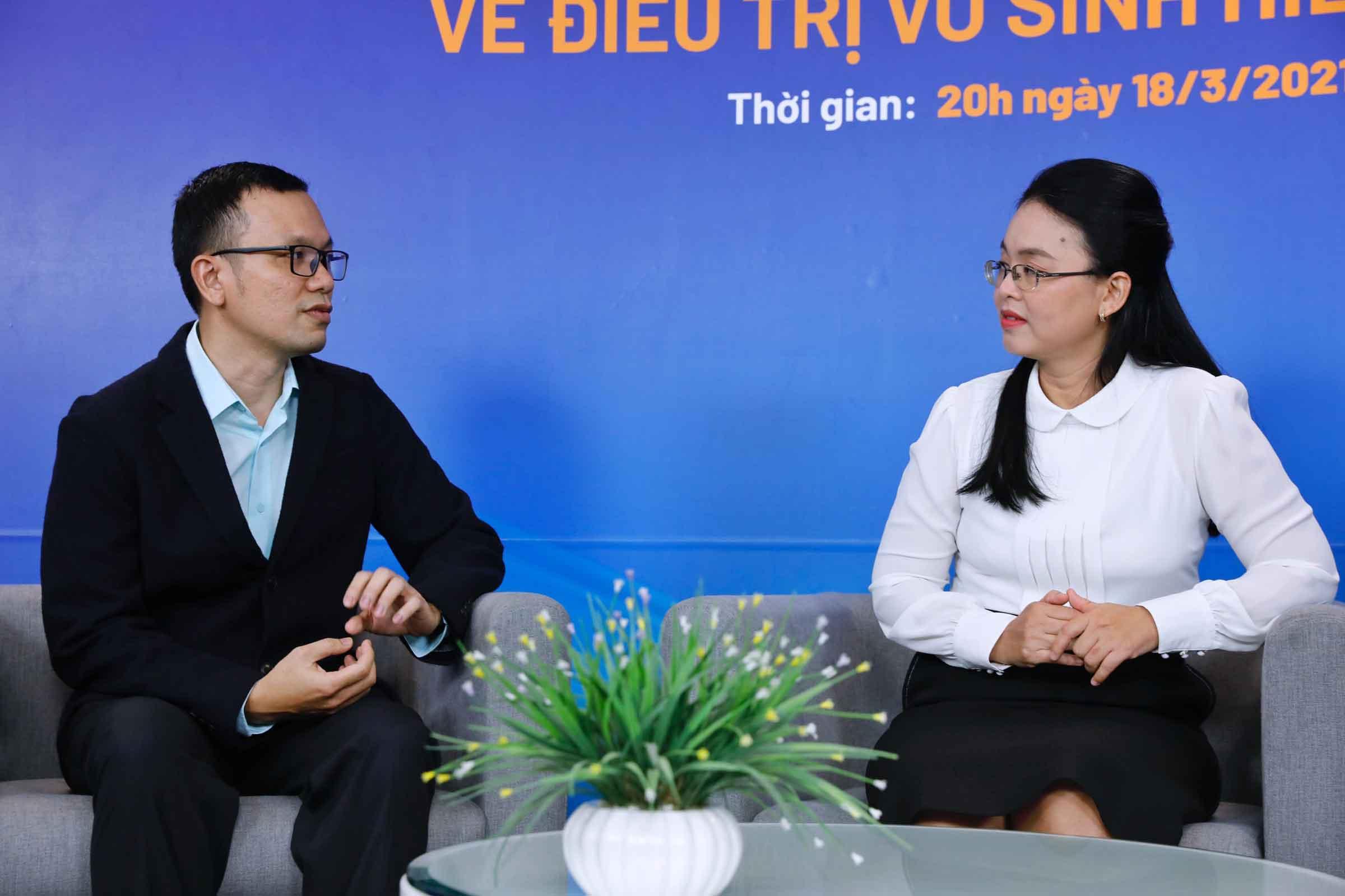 Bác sĩ Huỳnh Như và bác sĩ Đăng Khoa thảo luận về trường hợp vô sinh hiếm muộn của các độc giả gửi về chương trình.