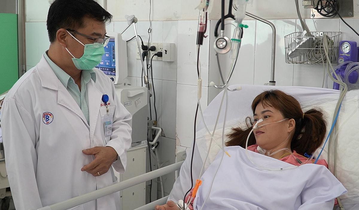 Bệnh nhân hồi phục trò chuyện với bác sĩ Lê Quốc Hùng, chiều 26/3. Ảnh do bệnh viện cung cấp.