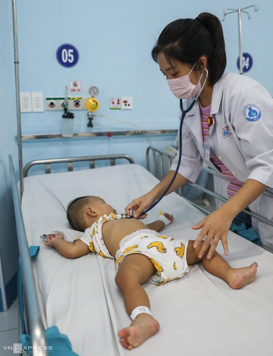 Bé trai 12 tháng tuổi mắc tay chân miệng nặng, điều trị tại Bệnh viện Nhi đồng 1, cuối năm 2020. Ảnh: Quỳnh Trần.