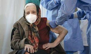 Cụ bà 104 tuổi tiêm vaccine Covid-19