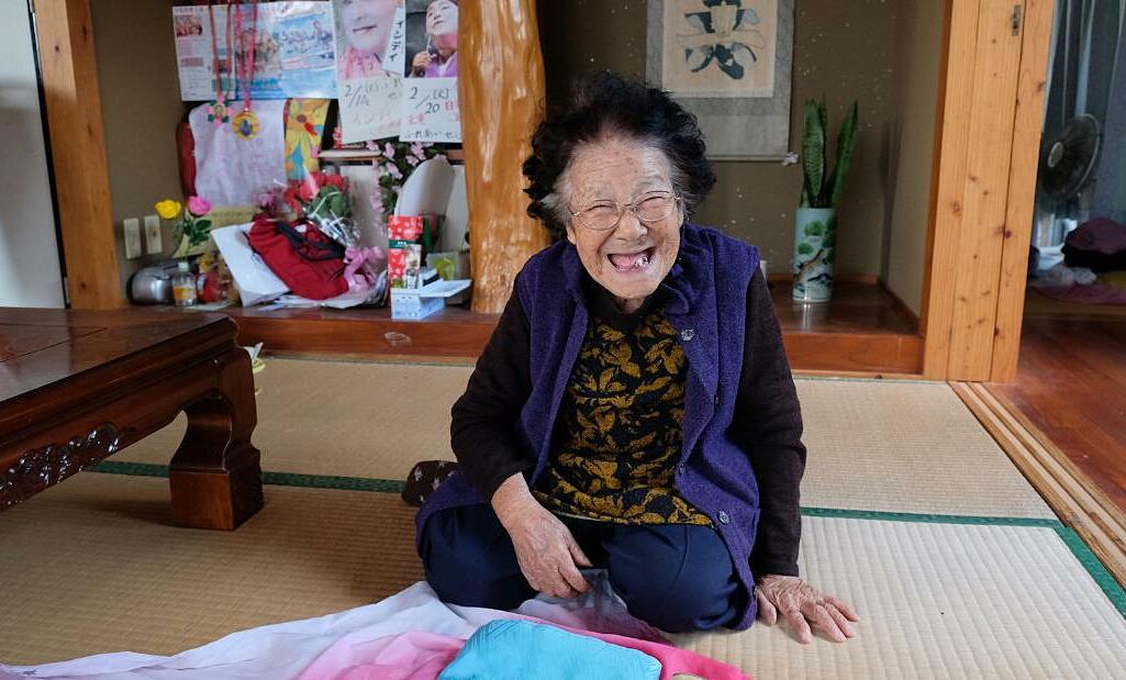 Cụ Tomi Menaka, một cư dân 95 tuổi tại Okinawa. Ảnh: CNN.