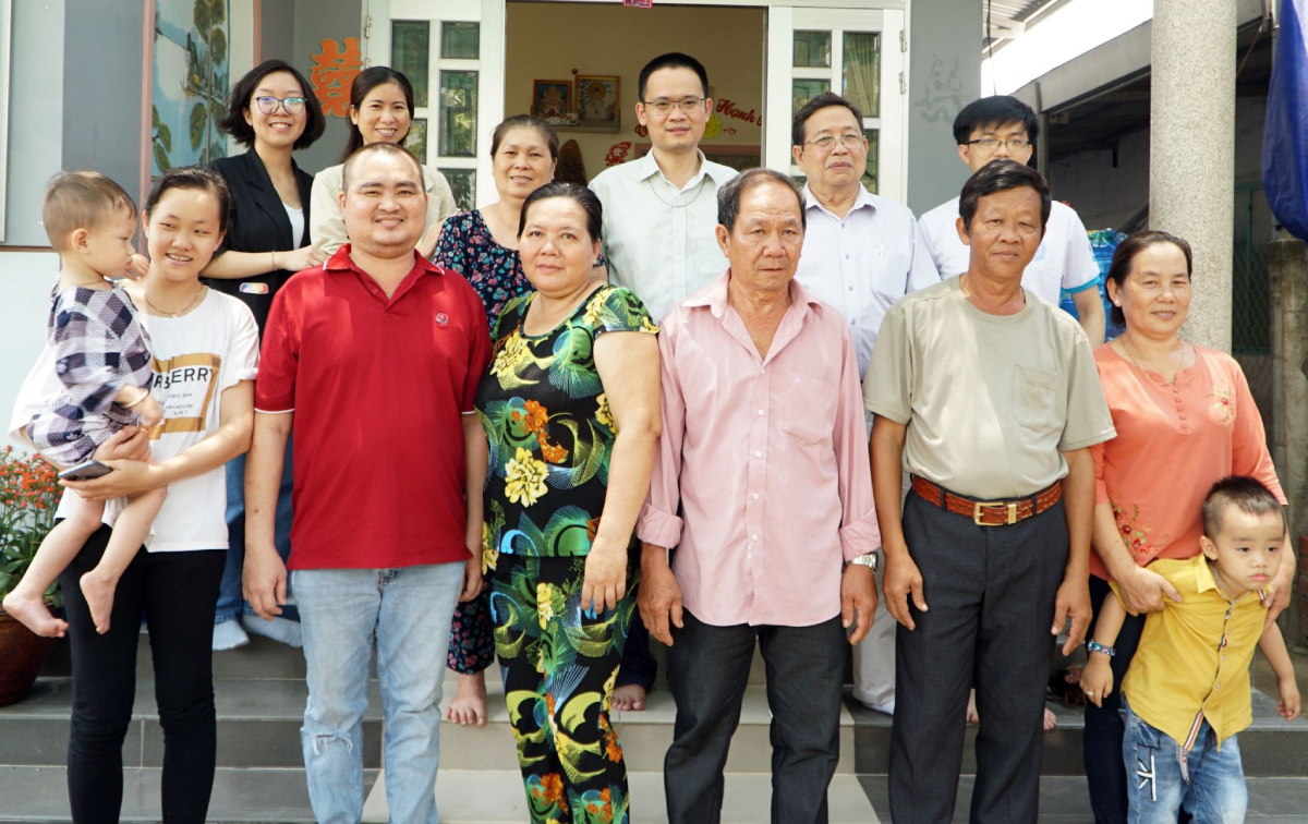 Mr. Au, Ms. Oanh and his family take pictures with the doctors and nurses of the Ho Chi Minh City University of Medicine and Pharmacy Hospital on the occasion of the delegation to visit and check the living environment of patients after kidney transplantation in late March. Letter Anh.