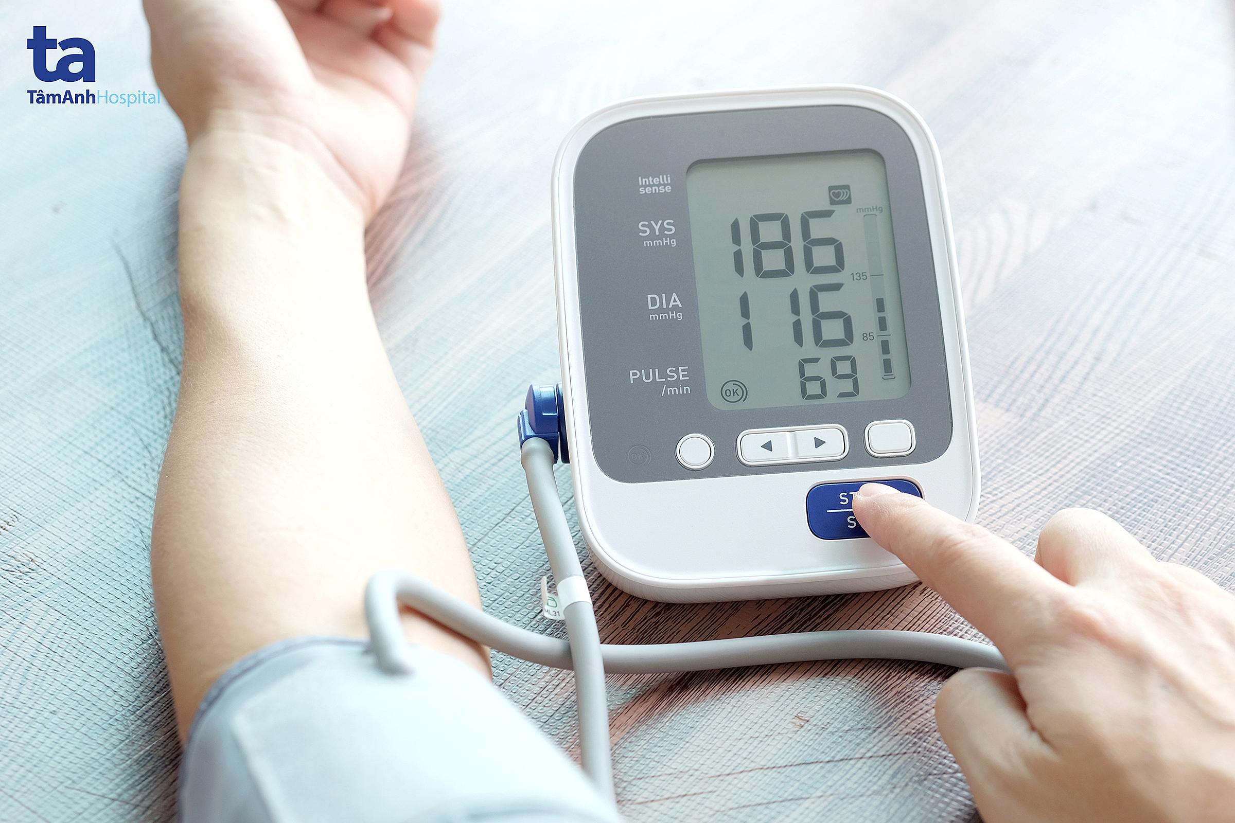 Theo dõi huyết áp thường xuyên giúp phát hiện sớm bệnh lý tăng huyết áp.