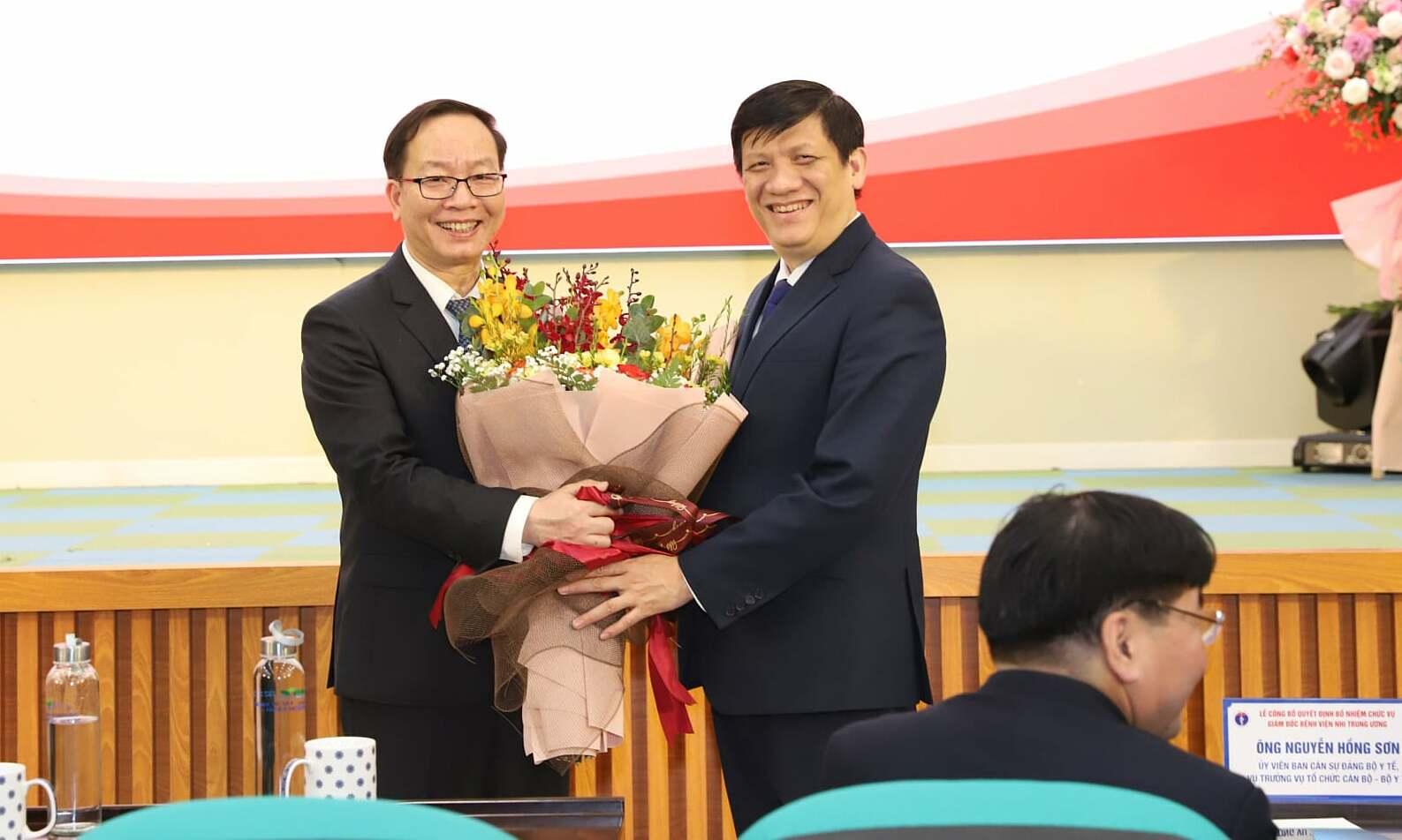 Bộ trưởng Long trao quyết định giám đốc cho phó giáo sư Trần Minh Điển. Ảnh: Khánh Chi.
