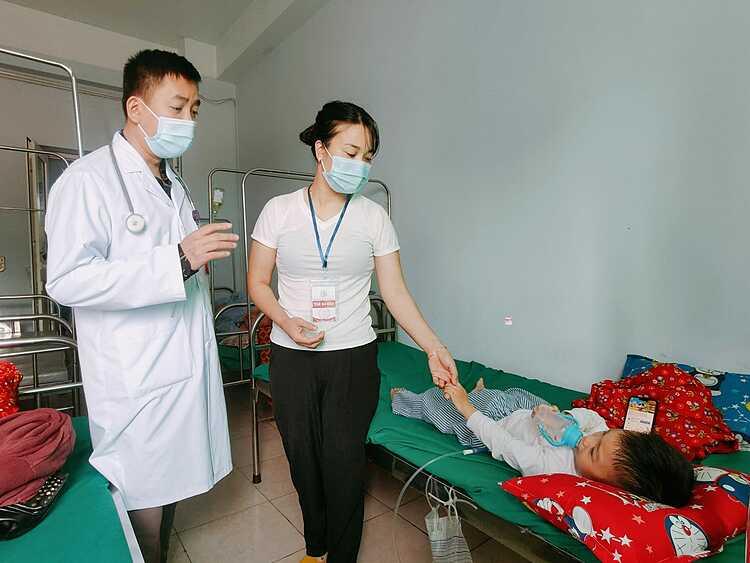 Bác sĩ thăm khám bệnh nhi. Ảnh: Bệnh viện cung cấp