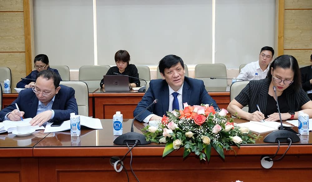 Bộ trưởng Y tế Nguyễn Thanh Long (giữa) làm việc với Đại sứ Trung Quốc, Ấn Độ và Tham tán công sứ Liên bang Nga tại Việt Nam,về vấn đề vaccine Covid-19. Ảnh: Trần Minh.