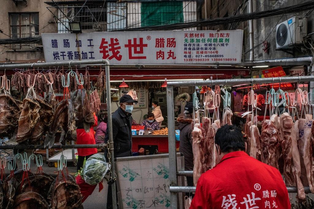Một khu chợ hải sản tại Vũ Hán, Trung Quốc. Ảnh: NY Times