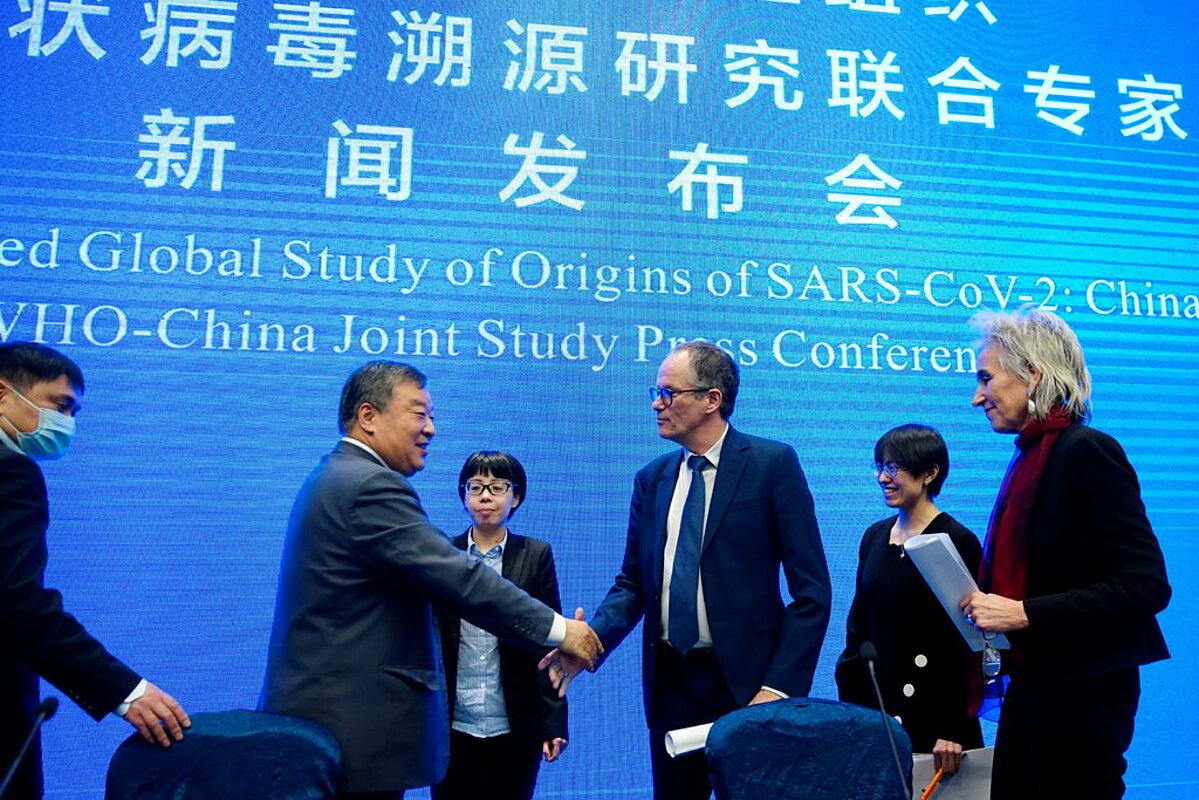 Các nhà khoa học của WHO và Trung Quốc trong buổi họp báo tháng 2/2021. Ảnh: Reuters