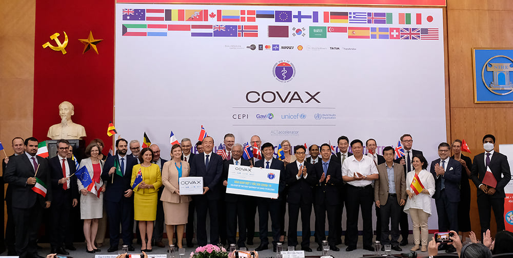 Đại diện Liên Hợp Quốc cùng các tổ chức quốc tế, Đại sứ các quốc gia hỗ trợ Covax trao đại diện lô vắc xin đầu tiên cho Việt Nam. Ảnh: Trần Minh