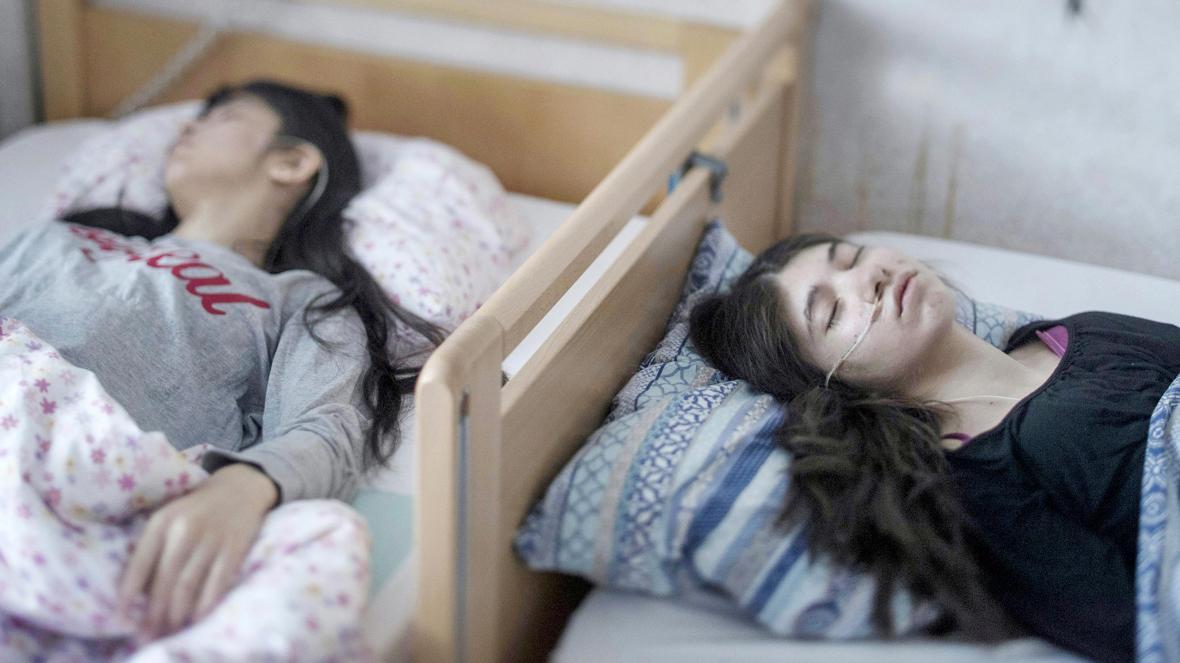 Djeneta (phải), một bé gái tị nạn từ Roma, đã bất động trong hai năm rưỡi và chị gái của cô bé, Ibadeta, cũng gặp tình trạng tương tự trong hơn sáu tháng ở Horndal, Thụy Điển, năm 2017. Ảnh: Times.