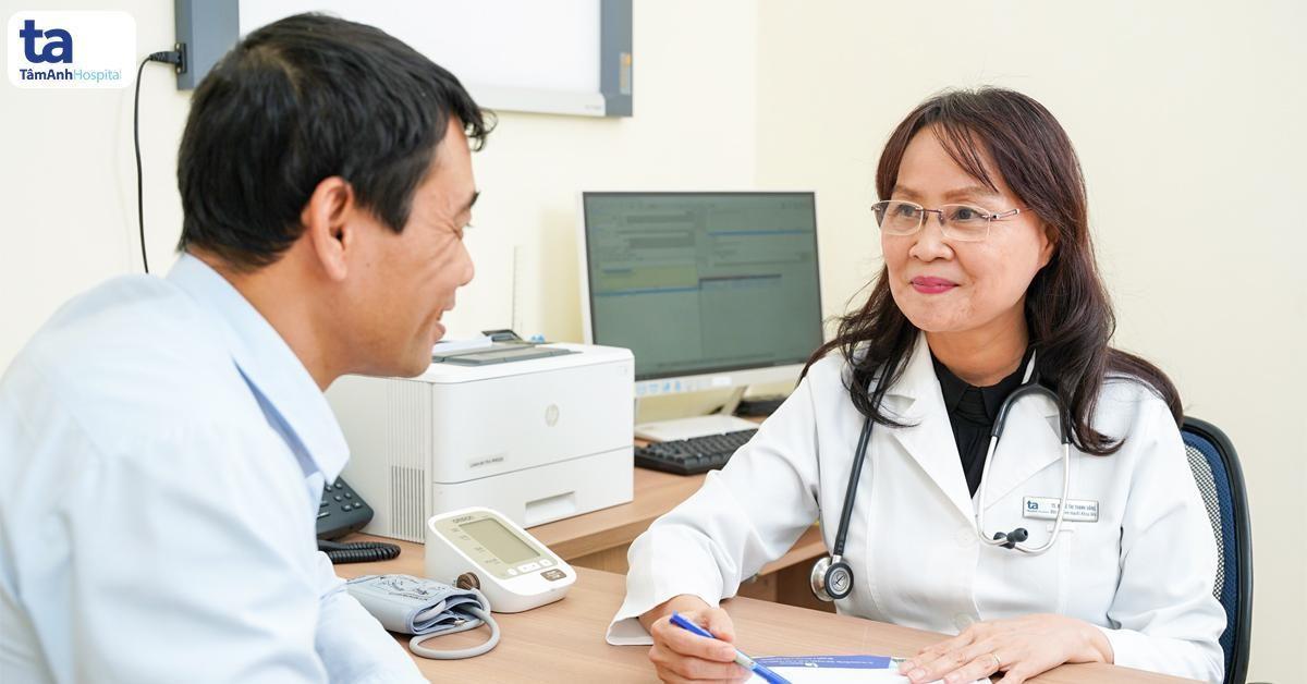 Thầy thuốc nhân dân, phó giáo sư, tiến sĩ, bác sĩ Nguyễn Thị Bạch Yến tư vấn về bệnh lý tim mạch cho người bệnh.