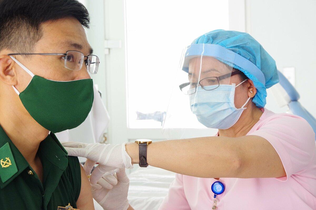 Nhân viên Bệnh viện Quân y 175 tiêm vaccine ngừa Covid-19 cho chiến sĩ biên phòng Tây Ninh, sáng 1/4. Ảnh: Trần Chính.