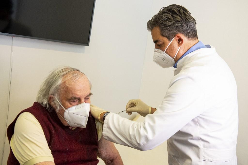 Một người đàn ông được tiêm vaccine Covid-19 tại bệnh viện ở Deisenhofen, Đức, ngày 31/3. Ảnh: AFP
