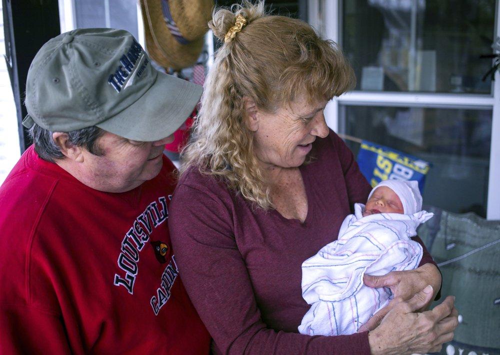 Cô Higgins và chồng ngắm nhìn đứa con mới chào đời. Ảnh: AP.