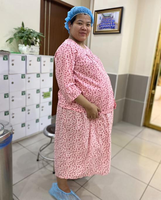 Chị Tỉnh tăng 30 kg trong suốt thai kỳ, phải nằm hậu phẫu sau sinh để theo dõi. Ảnh: Nhân vật cung cấp