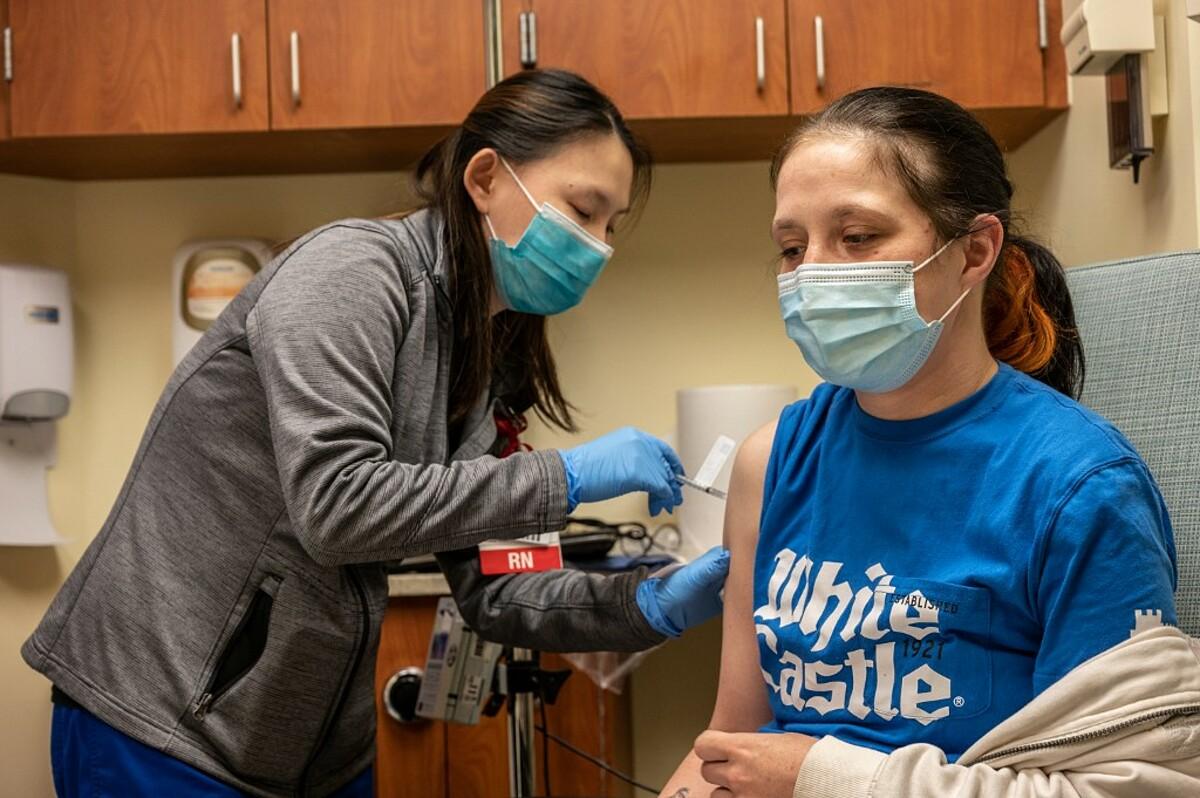 Một bệnh nhân ung thư được tiêm vaccine Covid-19 tại  Trung tâm Ung thư James Graham Brown, Mỹ, ngày 2/4. Ảnh: AFP