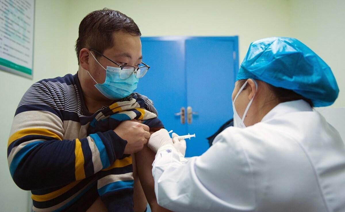 Nhân viên an ninh sân bay được tiêm vaccine Covid-19 tại trung tâm y tế ở Dizhang, tỉnh Thiểm Tây, tháng 12/2020. Ảnh: Xinhua